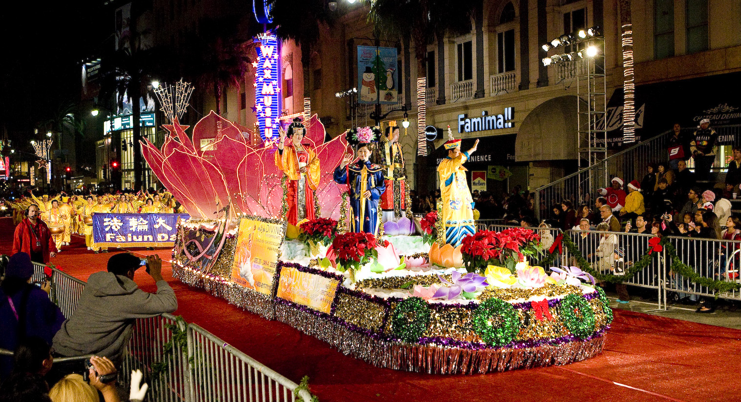 California: Falun Gong Practitioners in Hollywood Christmas Parade ...
